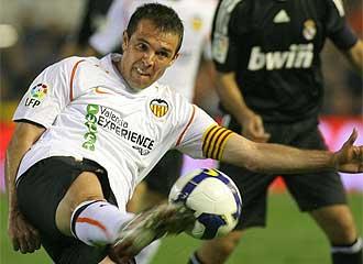 Marchena despeja un balón en un partido frente al Real Madrid.