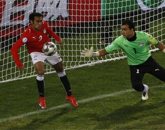 Momento en que Al Muhamadi comete penalti.