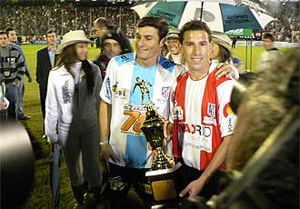 Maxi y Zanetti posan en el partido disputado en la ciudad argentina de Rosario.