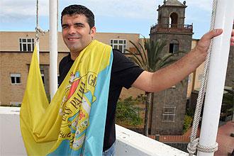 Juanito Rodríguez posa con la bandera de Las Palmas
