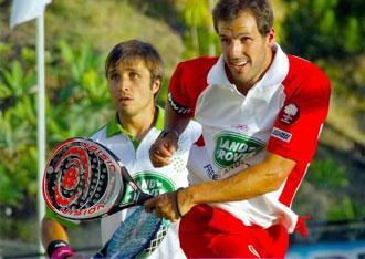 Juan Mart�n y Fernando Belastegu�n en un momento de la final contra Cristian Guti�rrez y Seba Nerone