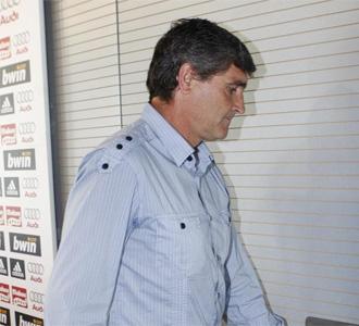Juande, abandonando la sala de prensa del Real Madrid