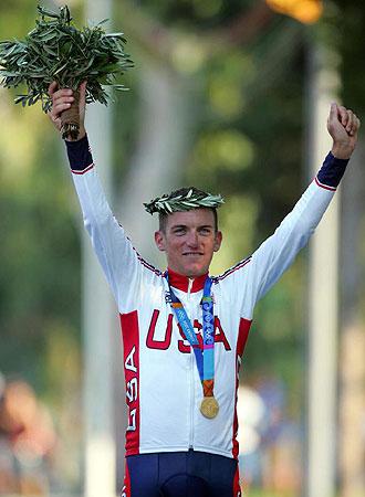 Tyler Hamilton celebra el oro olímpico de Atenas