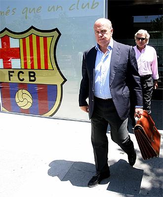 Gin�s Carvajal y el padre de Vald�s, a la salida del Camp Nou