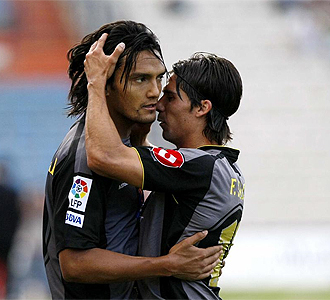 Abel Aguilar y Fernando Sales se abrazan tras un gol.