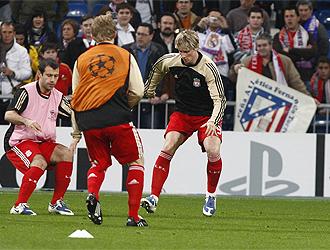 Torres y Mascherano calientan en un partido en el Santiago Bernab�u.