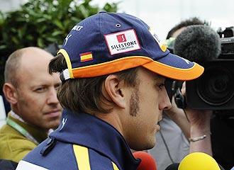 Alonso dialoga con los periodistas en Silverstone.