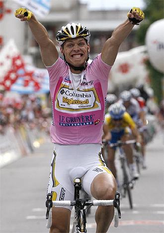 Tony Martin celebra su victoria en la línea de meta.