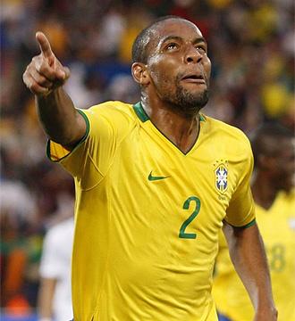 Maicon celebra un gol con Brasil