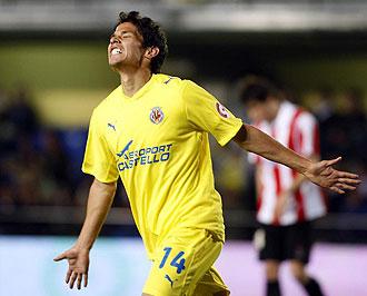 Mat�as Fern�ndez celebrando un gol con el Villarreal