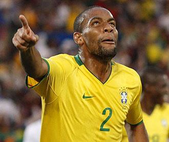 Maicon jugando con Brasil