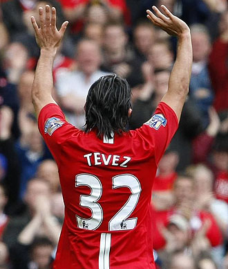 Carlos T�vez despidi�ndose de Old Trafford