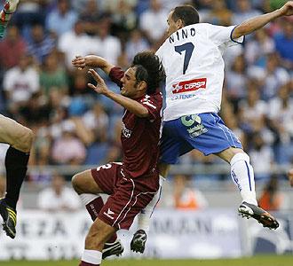Nino le gana la partida a Pedro y supera con su cabezazo al meta Oliva... era el gol del Tenerife