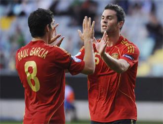 Raúl García y Torrejón celebran el 0-1