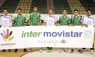 Los jugadores del Inter Movistar posan con la bandera de Madrid 2016.