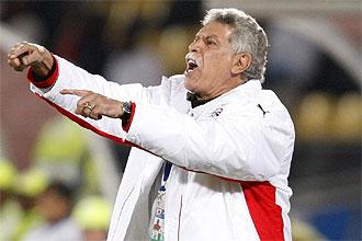 Hassan Shehata, seleccionador egipcio, da instrucciones a sus jugadores durante el partido contra EE.UU.