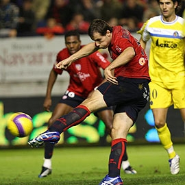 Xavier Margairaz chuta a puerta durante un partido frente al Getafe.