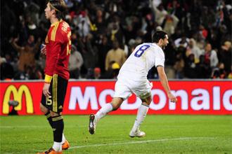 Clint Dempsey celebra un gol de EE.UU. ante Sergio Ramos.