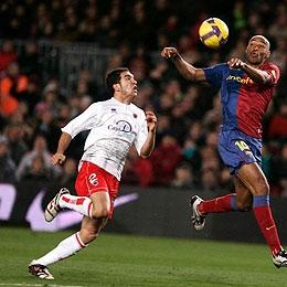 Juanra trata de defender a Henry en un Barcelona-Numancia.