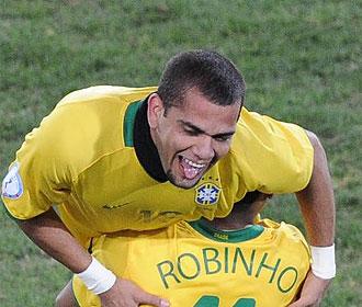 Alves, feliz por su gol y por la victoria.