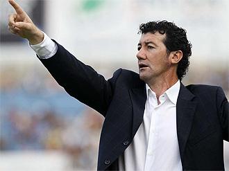 Juan Carlos Mandiá da instrucciones durante un partido del Hércules