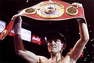 Omar Narv�ez muestra el cintur�n de campe�n del mundo de peso mosca de la OMB tras derrotar a Omar Soto.