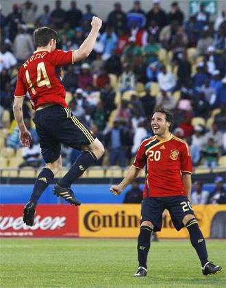 Xabi Alonso celebra con Cazorla el tanto de la victoria