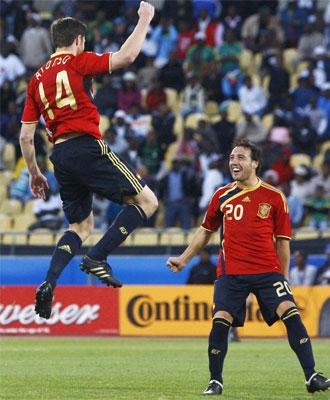 Xabi Alonso celebra el gol con Xabi.