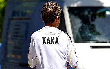 Un ni�o con la camiseta de Kak�