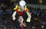 Casillas alza el trofeo de la Eurocopa
