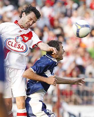 Enguix pelea un balón aéreo con Richi durante el Rayo-Tenerife de esta temporada