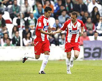 Man� y Juanito celebran un gol con el Almer�a