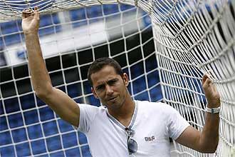 Sergio Aragoneses posa para MARCA en una de las porterías del Heliodoro Rodríguez López con motivo de un reportaje.