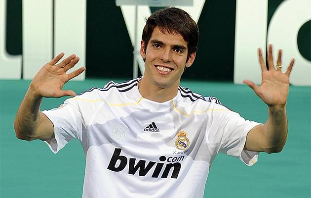 Kaká saluda a los aficionados el día de su presentación en el Bernabéu.
