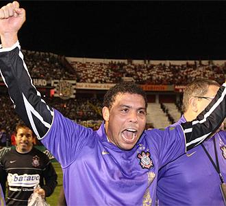 Ronaldo celebra la consecuci�n de la Copa de Brasil con el Corinthians