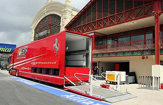 Un cami�n de Ferrari durante el Gran Premio de 2008