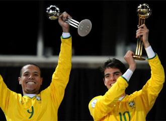 Luis Fabiano celebra junto a Kaká la Copa Confederaciones