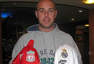Reina posa con las camisetas del Liverpool y del Real Madrid