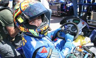 Rossi, con el kart antes de la carrera.