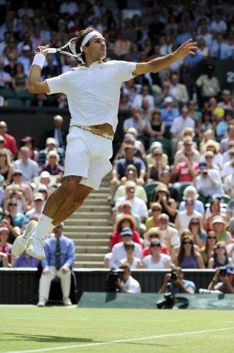 Roger Federer realiza un espectacular smash ante Tommy Haas.
