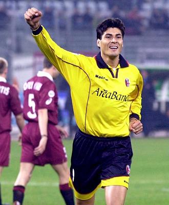 Julio Cruz celebra un gol con el Inter de Mil�n