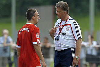 Ribéry habla con Van Gaal durante el entrenamiento
