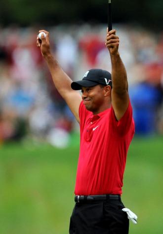 Tiger Woods celebra su victoria.
