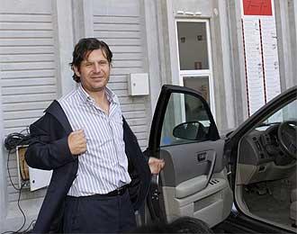 Alemany a la salida de una reunión.