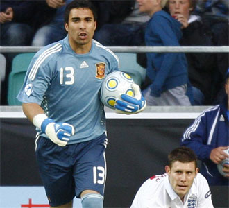 Sergio Asenjo, en el pasado Europeo Sub-21, tras para un penalty a Inglaterra