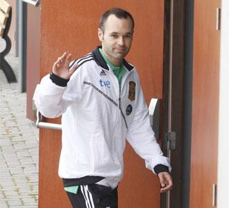 Andrés Iniesta, a la salida del hotel de concentración en Suráfrica durante la Copa Confederaciones