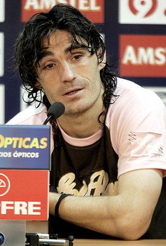 Iñaki Descarga, durante una rueda de prensa en su época como jugador del Levante