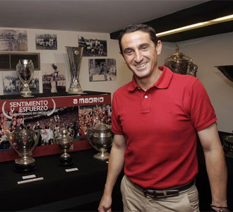 Manolo Jim�nez, posando en la sala de trofeos del Sevilla