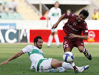 Mario Rosas, en la imagen recibiendo una entrada de Usero, en el Elche-Castellón, jugará la próxima temporada en el Murcia
