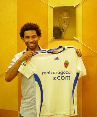 El jugador ya posa con su nueva camiseta.